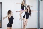 Mulheres sexy jovens exercerem a dança do poste — Foto Stock