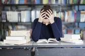 Müde belle frau in der bibliothek — Stockfoto