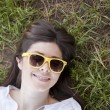 Beautiful woman lying on the green grass - 图库照片