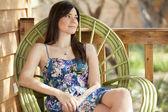 Vacker kvinna avkopplande utomhus — Stockfoto