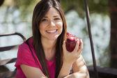 Retrato de uma jovem bonita com maçã vermelha — Foto Stock