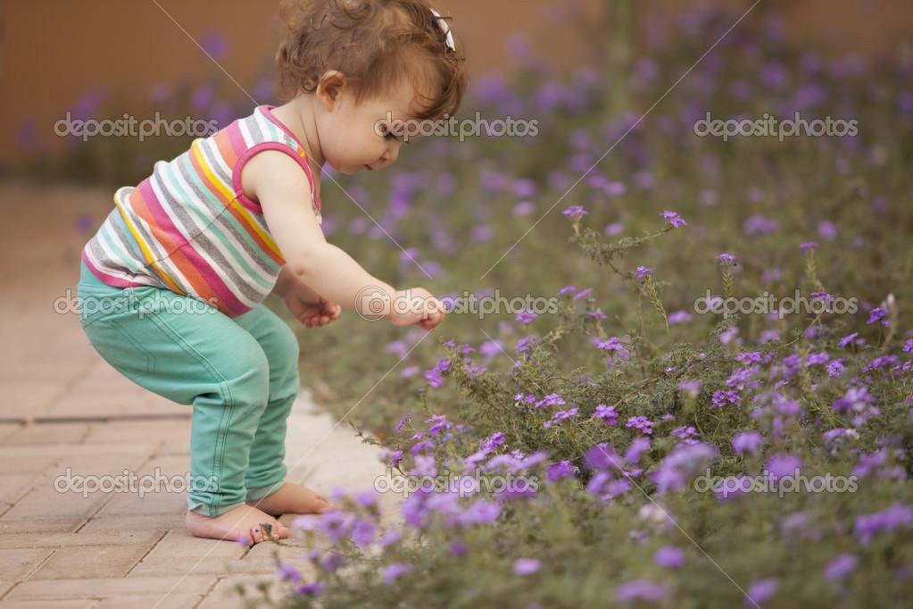 摘花的可爱小女孩
