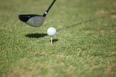 Piłeczki do golfa z trójnika na kurs i kij — Zdjęcie stockowe