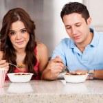 Пара имеет завтрак вместе — Стоковое фото