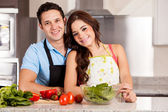 Attractive couple cooking dinner together — Stockfoto