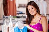 Twee gelukkige vrouwen winkelen in kleding winkel — Stockfoto