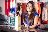 Vrouw aan de kassa betalen met credit card — Stockfoto