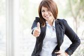 ładny biznes kobieta uśmiechając się i daje kciuk w górę — Zdjęcie stockowe