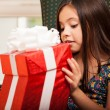 Cute little girl holding a gift — Stockfoto