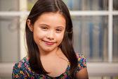 Kırmızı dudaklar ile gülümseyen küçük kız — Stok fotoğraf