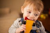 Dziecko bawiąc się autko — Zdjęcie stockowe