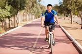 Faire du vélo sur une journée ensoleillée — Photo