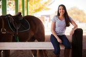 馬の横にあると約彼に乗ることに座っている女性 — ストック写真