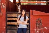 Mujer de pie junto a su caballo — Foto de Stock