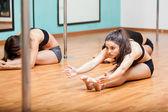 Amigos de exercício num ginásio — Fotografia Stock