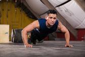 Сильный человек, делает push ups — Стоковое фото