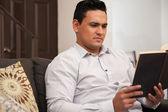 拉丁美洲的年轻人非常集中于他在家里读一本小说 — 图库照片