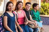 Appendere fuori alla scuola — Foto Stock
