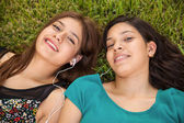 Friends listening to music at a park — Stock Photo