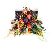Un arrangement floral coloré de roses, Lys, freesia et iris — Photo