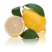 Limón fresco fruta cítrica con corte y hojas verdes aisladas en blanco b — Foto de Stock