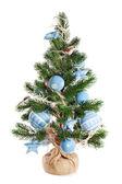 Abeto de navidad adornado con juguetes y adornos de navidad — Foto de Stock