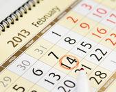 Pagina di calendario con una mano di matita rossa scrivendo su 14 febbraio 2013 — Foto Stock