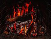 Lareira com lenha de bétula e flama. — Fotografia Stock