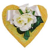 Composition de fleurs artificielles en forme de coeur isolé sur whi — Photo
