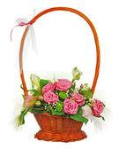 Bouquet de fleur coloré de roses dans le panier en osier isolées sur — Photo