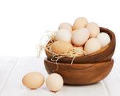 Tablo üzerinde ahşap kase yumurta. — Stok fotoğraf