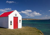 Small building by ocean — Stock Photo