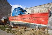 Zchátralý dřevěný člun — Stock fotografie