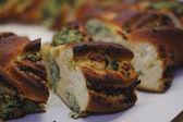 切片与菠菜、 鸡胸肉和奶酪馅饼 — 图库照片