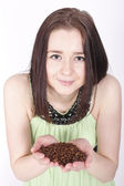 Young girl holding a coffee beans — ストック写真