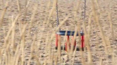 空のビーチとスイング、シーズンは 2 以上 — ストックビデオ