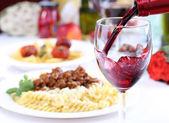Zalewanie kieliszek czerwonego wina — Zdjęcie stockowe