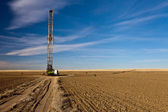 Fracking rig in a Colorado farm field — Stock Photo