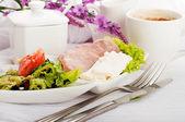 Frukost från korv, ost och kaffe, provensalsk stil — Stockfoto