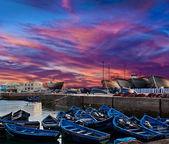 Bateaux de pêche bleu sur une côte de l'océan à essaouira, maroc — Photo