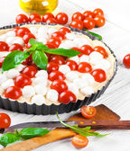 Pie with mozzarella, chicken and tomatoes. — Stockfoto