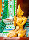 Estátuas de divindades no templo budista. — Fotografia Stock