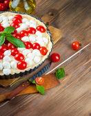 Pastel con pollo, tomate y mozzarella — Foto de Stock