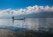 Fishermen and their reflection in the water on the Inle Lake, Myanmar — Stock Photo