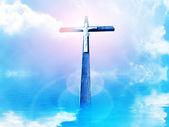 Kříž v paprsků proti zatažené obloze — Stock fotografie