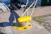ボラード ヘビーデューティ係留ロープと係留船 — ストック写真