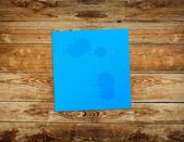 Nota de papel autocolante azul sobre fundo de madeira vintage — Foto Stock