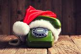 サンタ クロースの帽子とヴィンテージの電話 — ストック写真