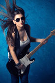 Belle jeune femme avec guitare — Photo