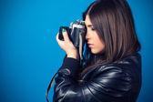 красивая молодая женщина холдинг камеры — Стоковое фото